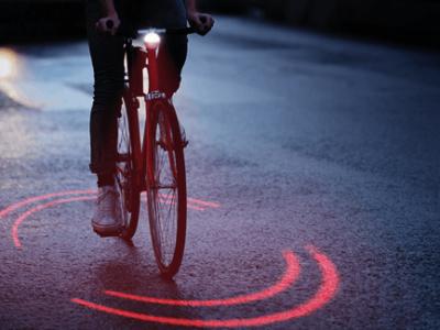 Estas luces especiales para bicis marcan a los coches la distancia de seguridad que deberían guardar