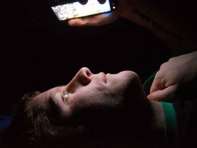 Llevó su celular a reparar y le instalaron una cámara espía ¡cuidado!