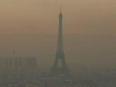 París prohibirá la circulación de coches diésel y gasolina por su calles en 2030