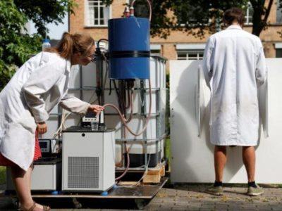 Una máquina a energía solar que convierte la orina en agua potable