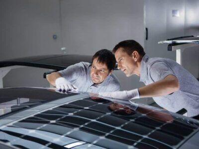 Un techo solar inteligente que produce energía para refrescar los vehículos