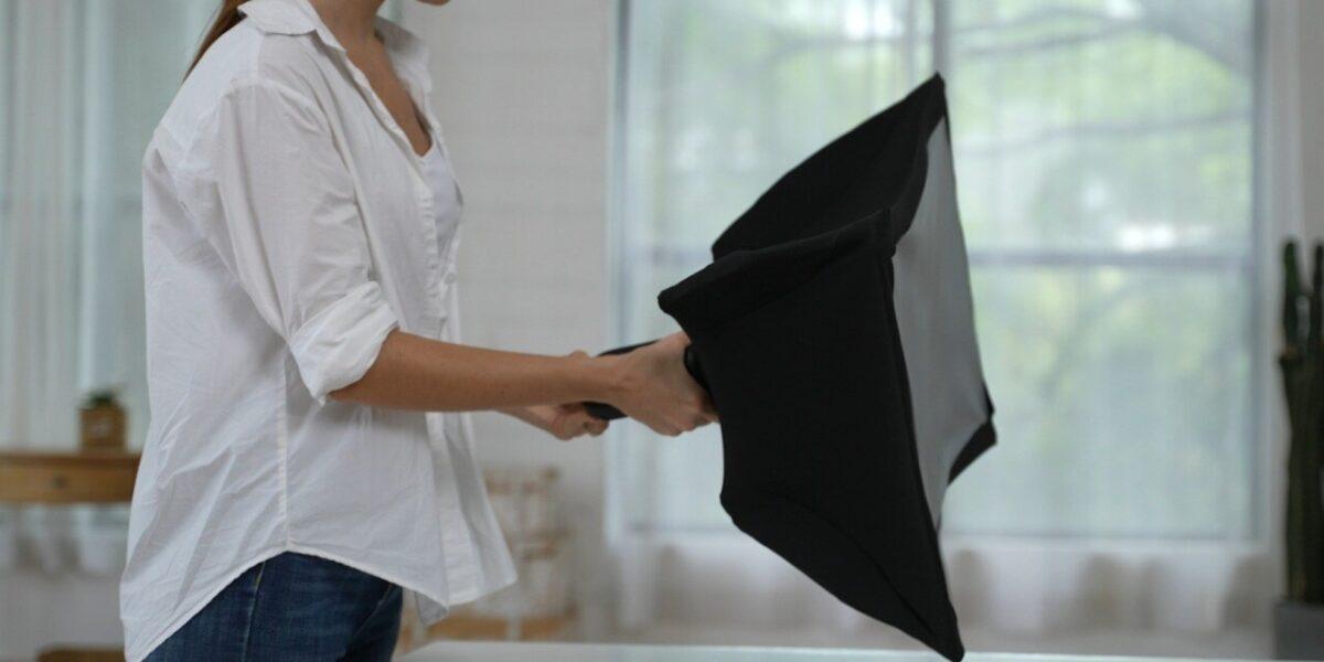 Parece un paraguas pero es Splay, un proyector Full-HD de hasta 80 pulgadas que además es un monitor portátil de 24 pulgadas